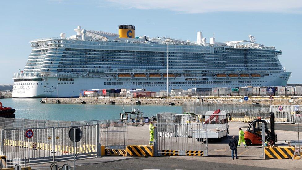 El crucero Costa Smeralda en el puerto de Civitavecchia
