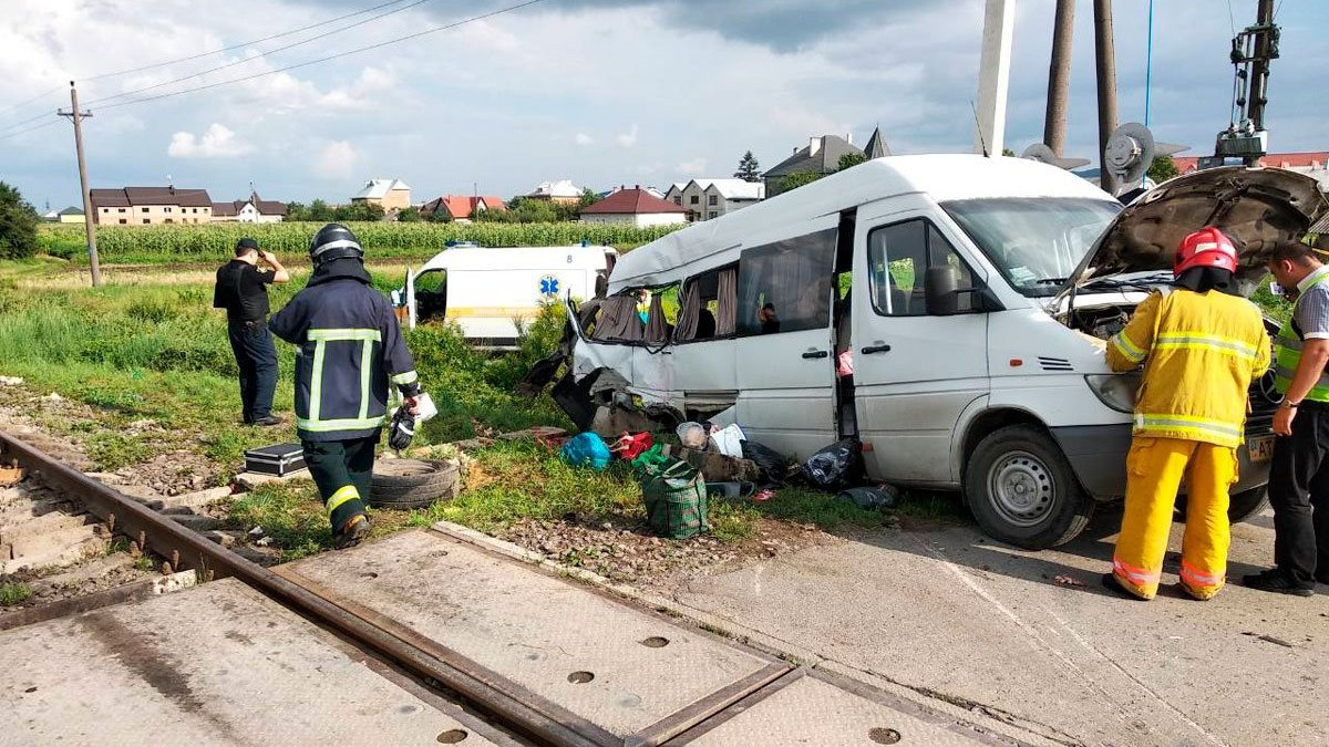 На Буковині мікроавтобус зіткнувся з потягом: 2 загиблих