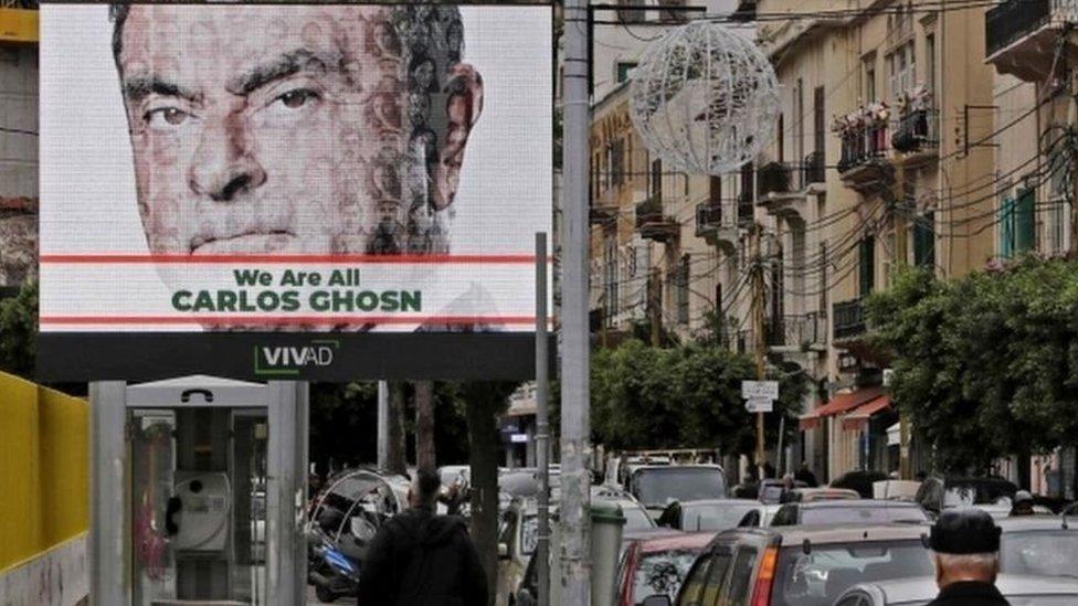 لوحة إعلانات عليها صورة لكارلوس غصن