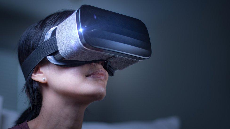 žena sa naočarima za virtualnu realnost