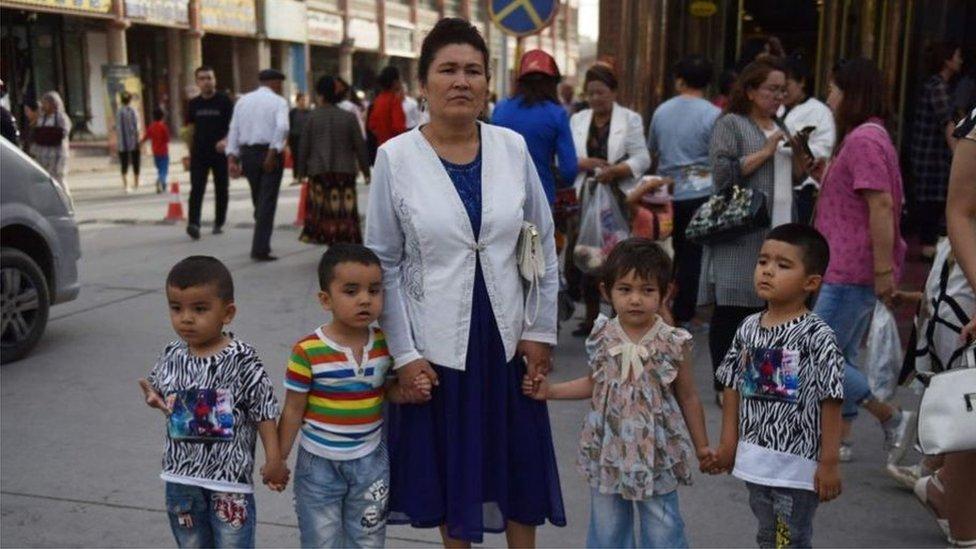 صورة أرشيفية لسيدة من الإيغور وأطفالها في منطقة شينجيانغ شمال غرب الصين