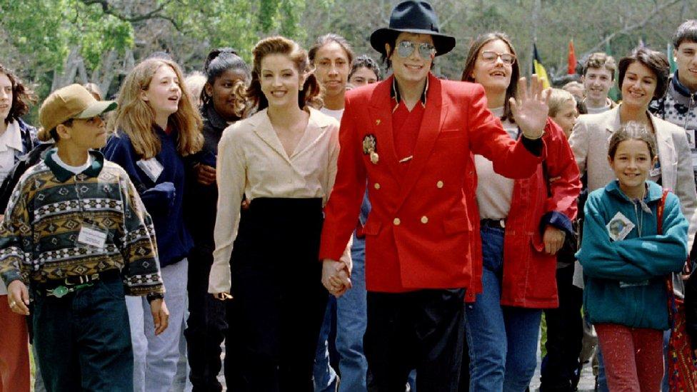 Michale Jackson y su entonces esposa, Lisa Marie Presley, durante la Conferencia de Niños del Mundo que celebraron en Neverland, el rancho propiedad de Jackson, en 1995.