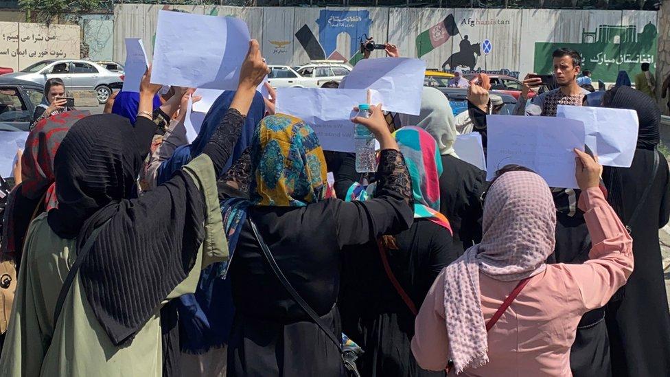 Mujeres afganas sostienen pancartas mientras piden a los talibanes que preserven sus derechos al trabajo y a la educación, en Kabul, el 3 de septiembre de 2021.
