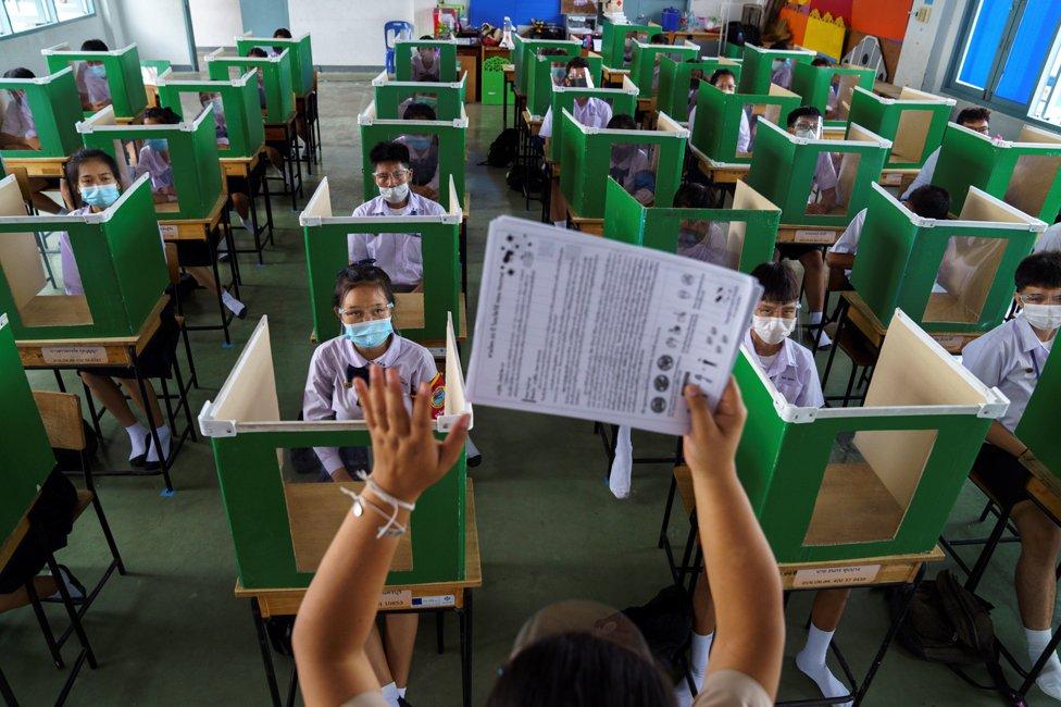 泰國學生在用投票箱改造的格子裏上課。