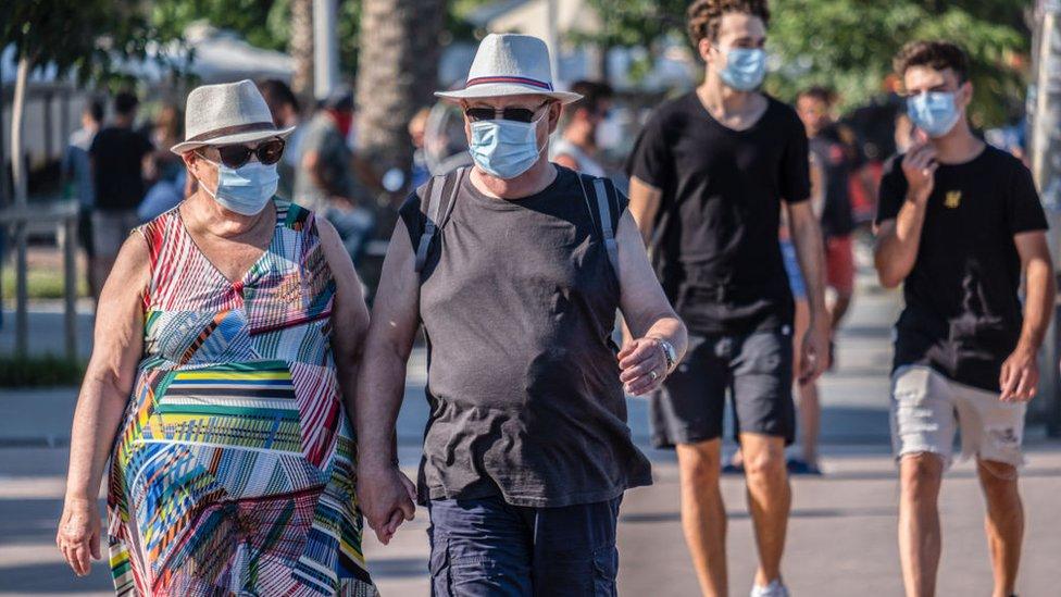 Gente con mascarilla paseando en Barcelona.
