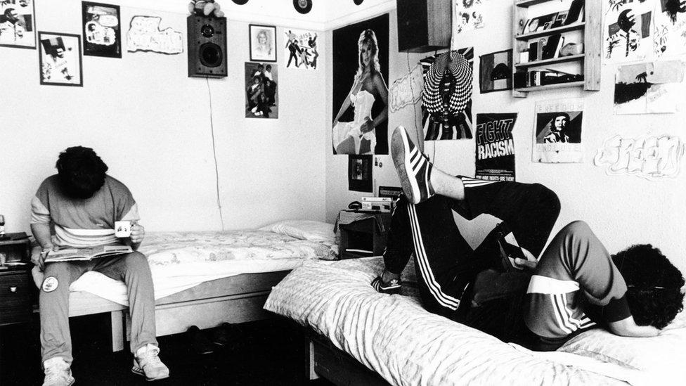 Dos jóvenes en una habitación de Beechwood .