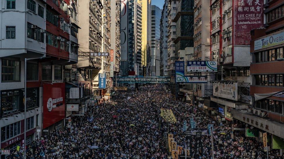 Manifestantes llenan una calle de Hong Kong.