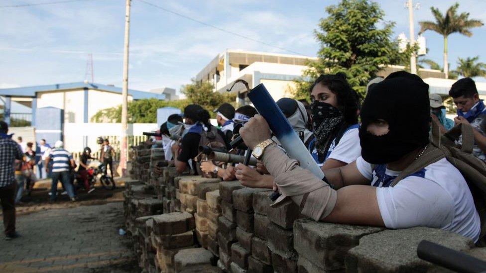 Barricada frente a la Universidad Nacional de Ingeniería.