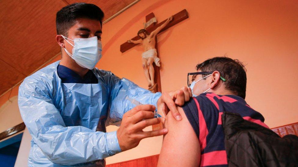 Personal sanitario vacuna a un hombre contra el covid-19 en Chile.
