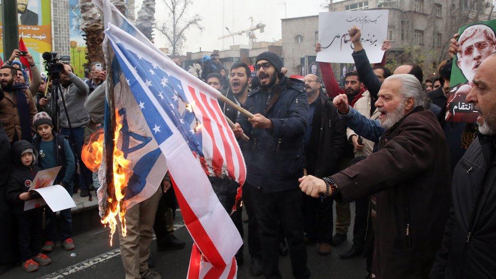 Iraníes queman bandera de EE.UU.