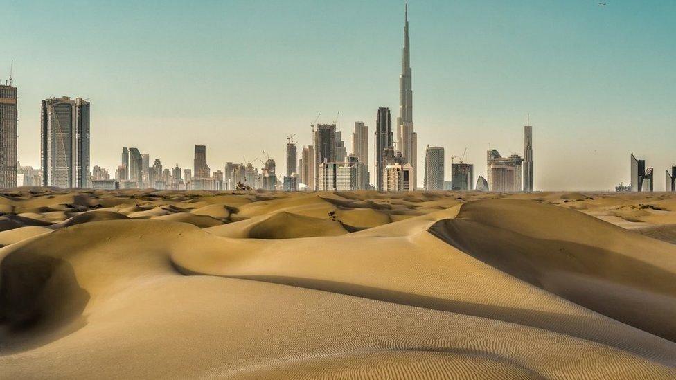 مباني شاهقة في دبي تحيطها الصحاري