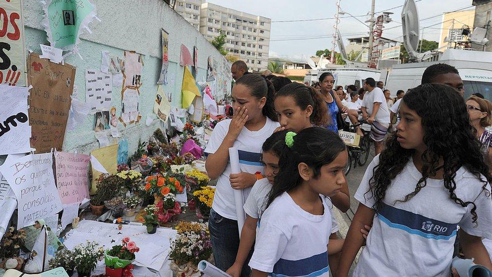 Niñas de la escuela dejan mensajes y flores a sus compañeros asesinados en el ataque en la escuela de Realengo en abril de 2011.