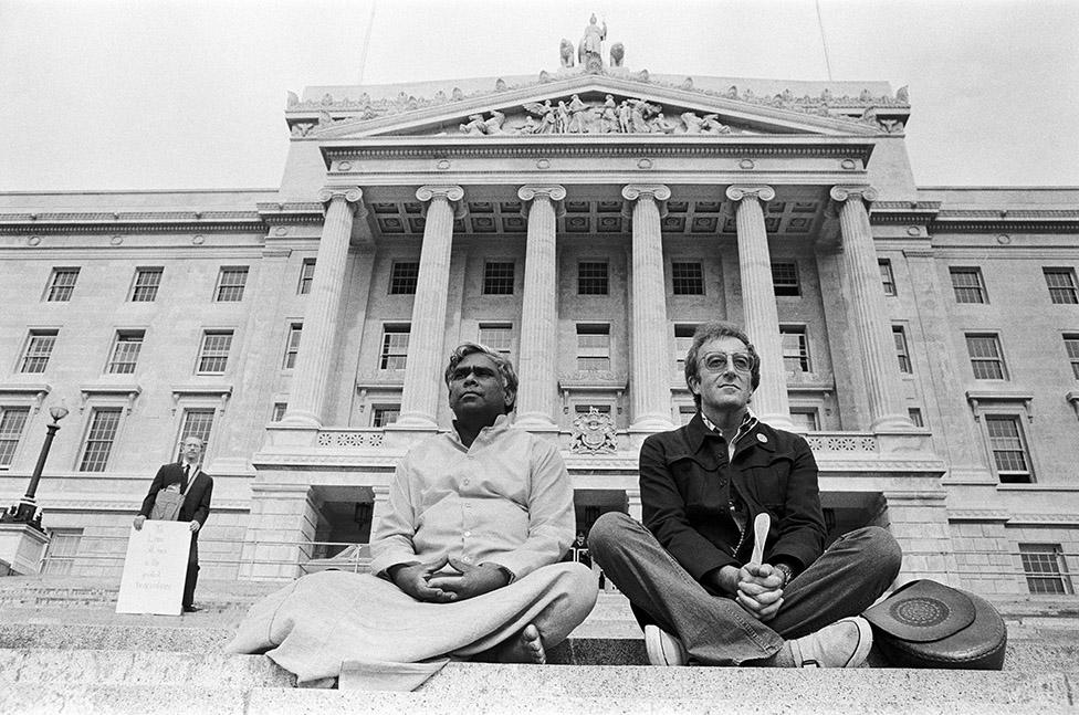 """Vishnudevananda, fotografiado aquí con Peter Sellers, solía realizar """"vuelos de paz"""" a lugares en conflicto"""