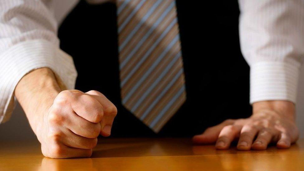 Un hombre golpeando una mesa