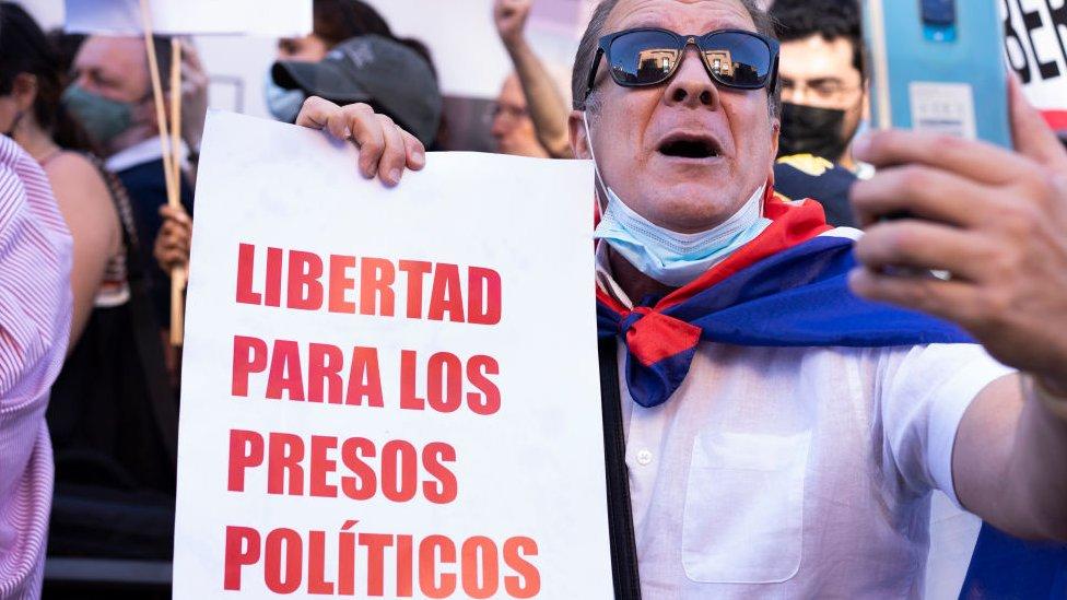 Protesta pidiendo libertad para los presos políticos en Madrid, España.