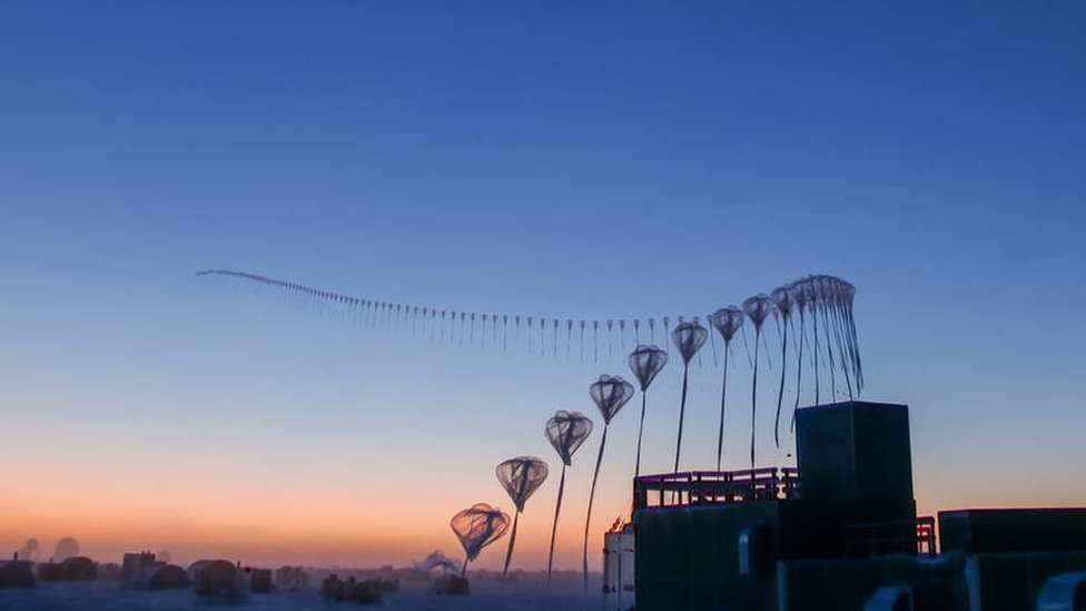 Fotos en time lapse de la liberación de una sonda para el estudio del ozono desde la estación Amundsen-Scott en el Polo Sur.