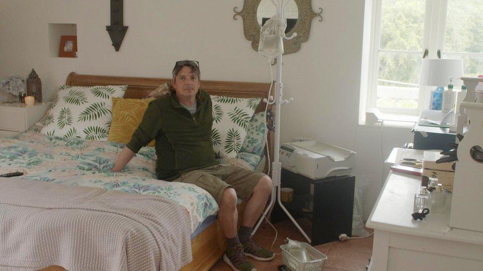 Iwan John gyda pheiriant dialysis yn ei ystafell wely