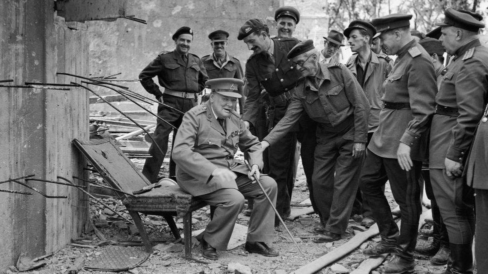Dönemin İngiltere Başbakanı Winston Churchill Temmuz 1945'te Berlin'i ziyaret etti. Bu fotoğraf Hitler'ın sığınağının dışında çekildi.