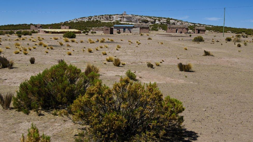 Vista de la casa de Victoria Mamane, en la provincia de San Pedro de Totora. La construcción de la izquierda, con el tejado de aspecto amarillo, es el Walipini que contruyó la FAO en 2012.