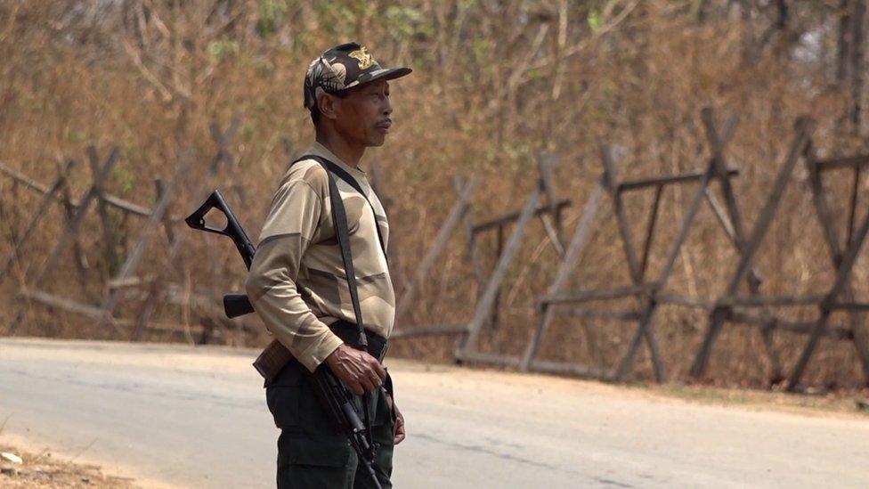Seorang penjaga keamanan perbatasan India di perbatasan India-Myanmar.