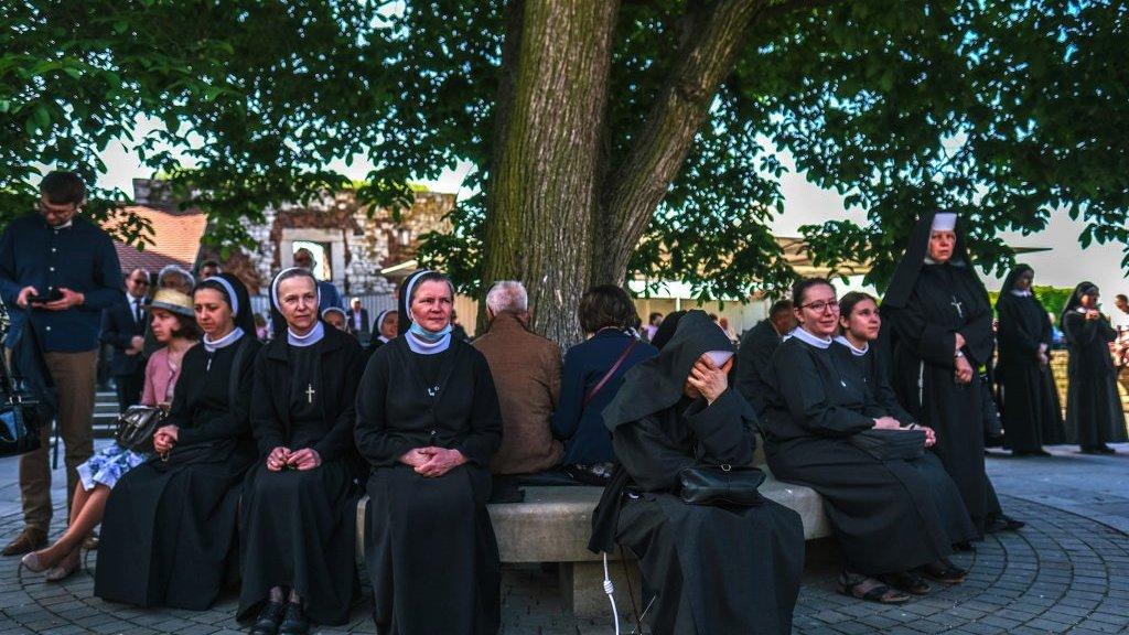 راهبات يشاركن بالاحتفال في كراكوف