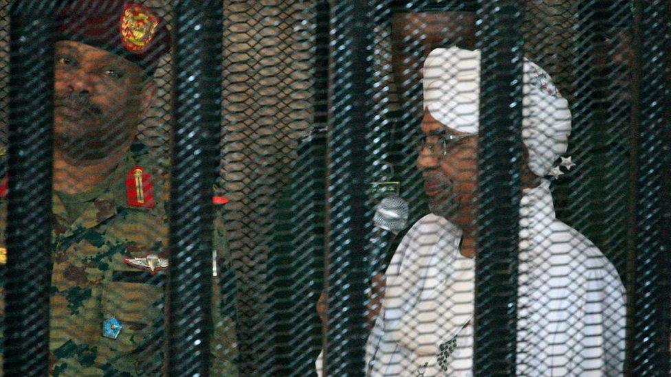 الرئيس السوداني السابق عمر البشير خلال محاكمة في الخرطوم في 19 أغسطس/آب 2019