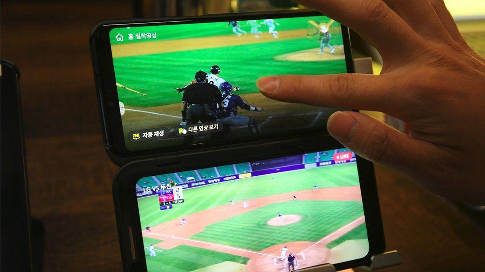 Transmisión de eventos deportivos en dos pantallas.