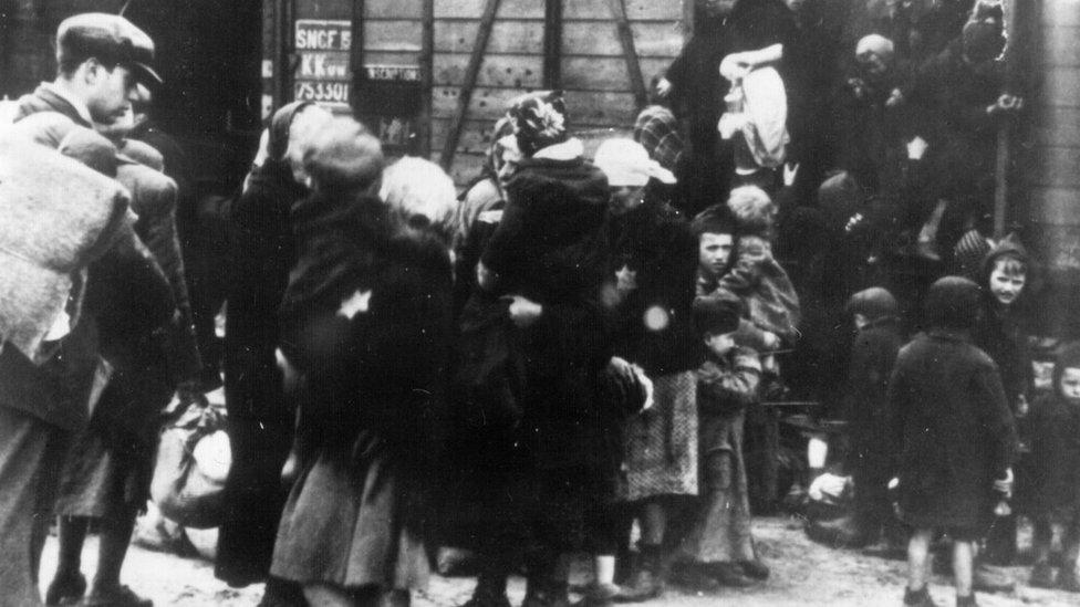 Familias judías en el campo de concentración de Auschwitz