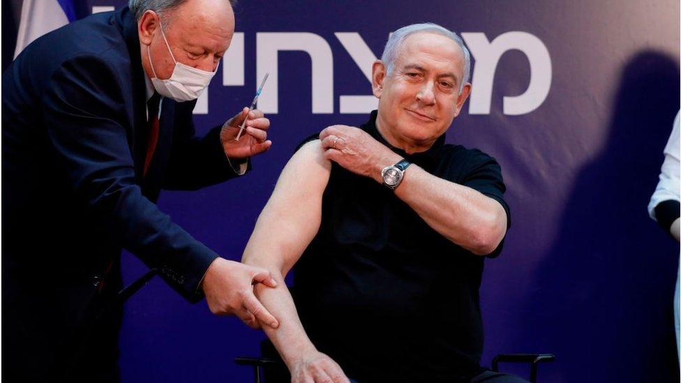 Benjamin Netanyahu, primer ministro de Israel, al ser vacunado