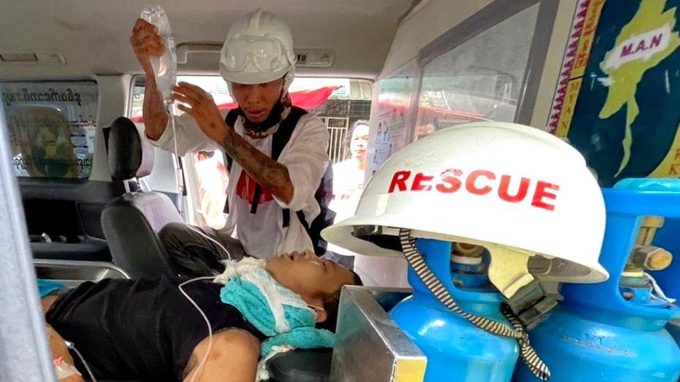 在仰光赫勒丹(Hledan)鎮,受傷男子在一輛救護車上接受治療。