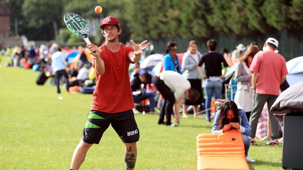 Mnogi igraju tenis kako bi prekratili vreme provedeno u redu