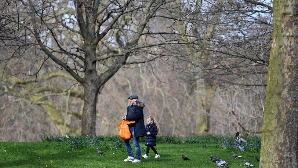 Un hombre paseando con una niña