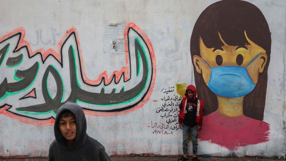 Un mural en Gaza advierte sobre el coronavirus