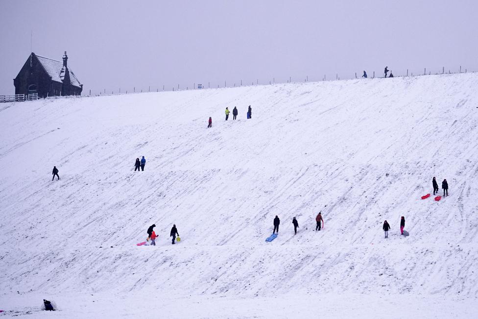 سكان محليون يتزلجون قرب خزان باترلي في مارسدن في غربي مقاطعة يوركشاير.