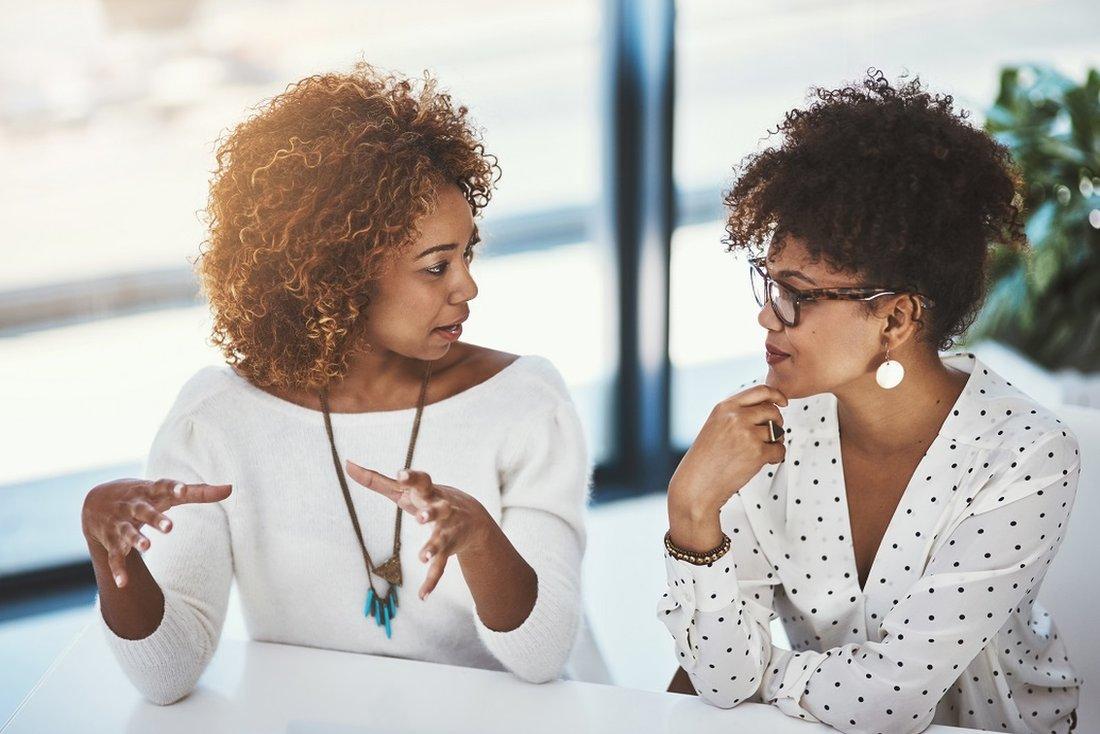 Dve žene pričaju i gestikuliraju