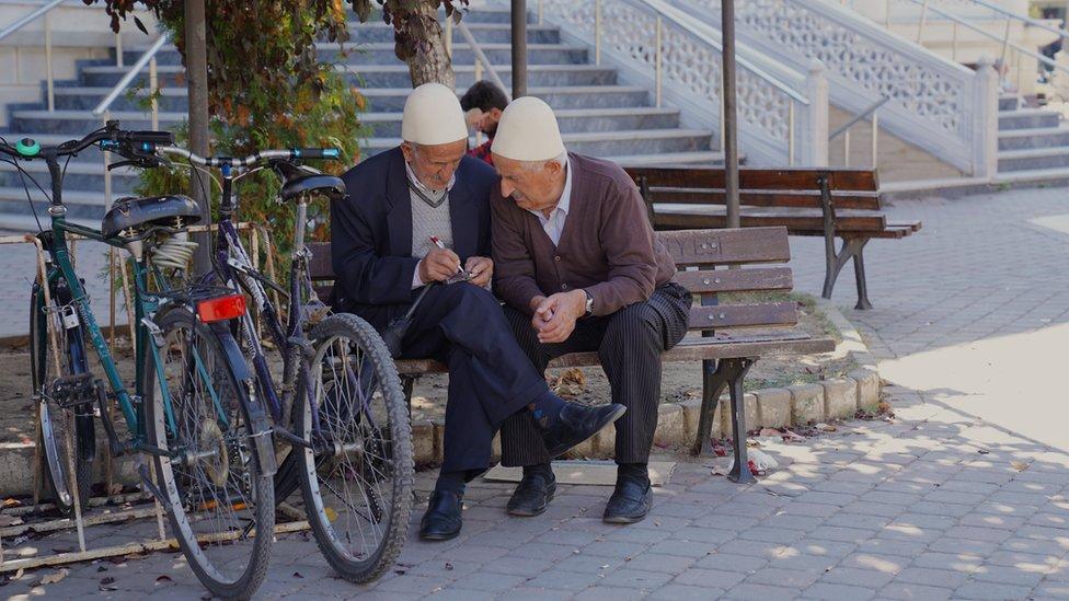 Mnogi su ovaj dan ipak proveli u parku kod nove džamije koja je otvorena pre pet godina. Izgradnju je delom finansirala i Turska