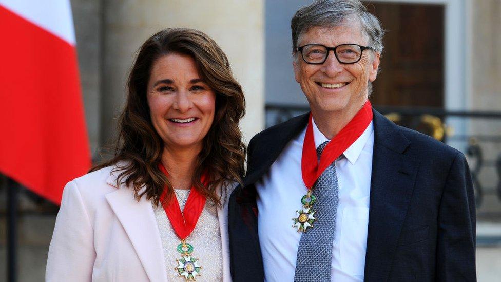 """2017年,比爾和梅琳達因其慈善事業被法國總統弗朗索瓦·奧朗德授予法國政府頒授的最高榮譽的騎士團勳章""""榮譽軍團勳章""""。"""