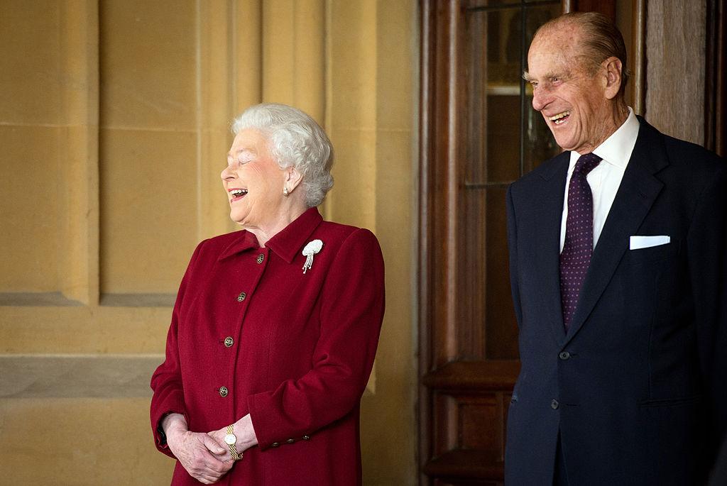 La reina Isabel II y el príncipe Felipe ríen durante la visita del primer ministro irlandés Michael Higgins.