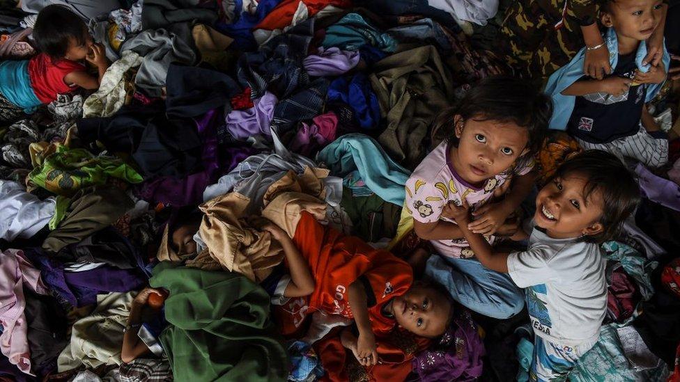 Niños en un refugio temporal.