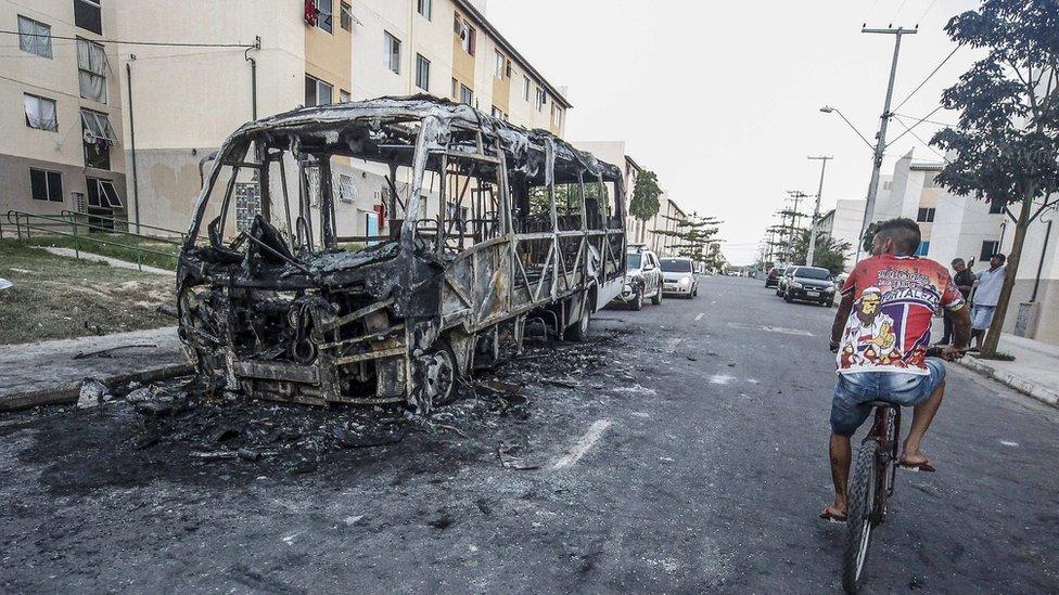 Las pandillas quemaron autobuses y bancos en respuesta a nuevas leyes sobre las prisiones locales.