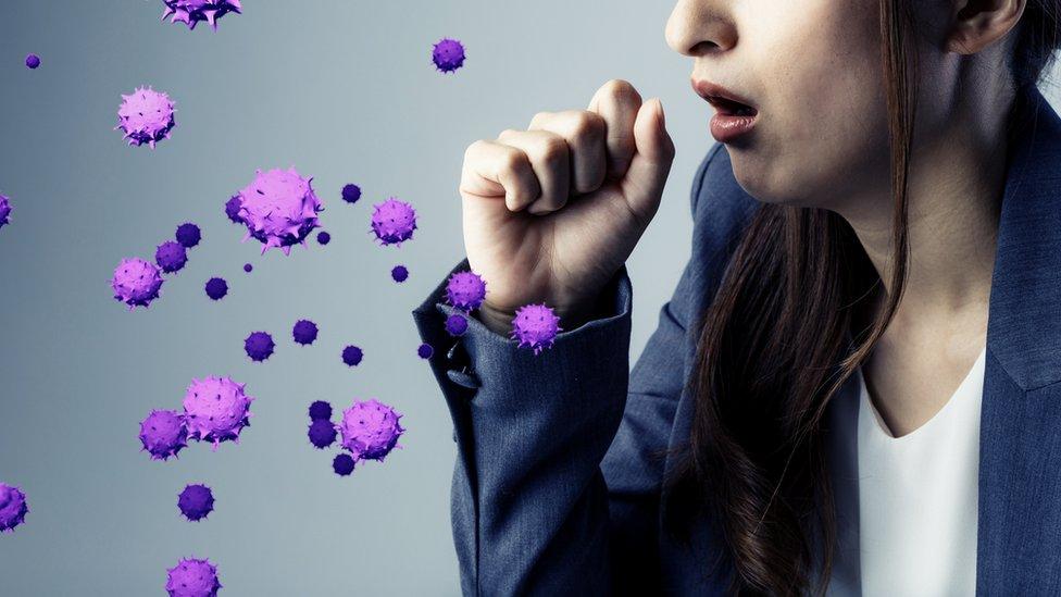 Mujer expulsando virus a través de la tos.