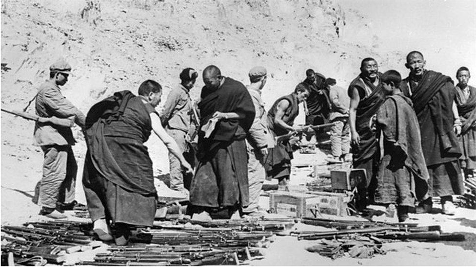 西藏武裝被解放軍繳械的資料照片。