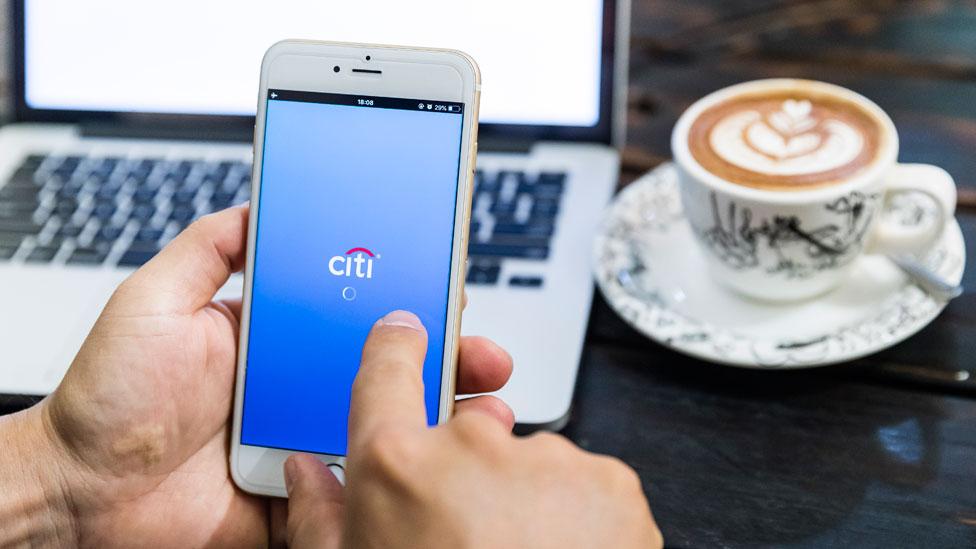 Una persona entrando a su cuenta de banco del Citi con su celular