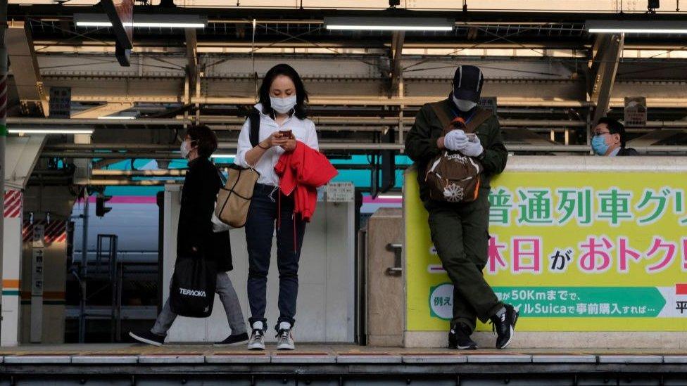 يابانيون يرتدون كمامات
