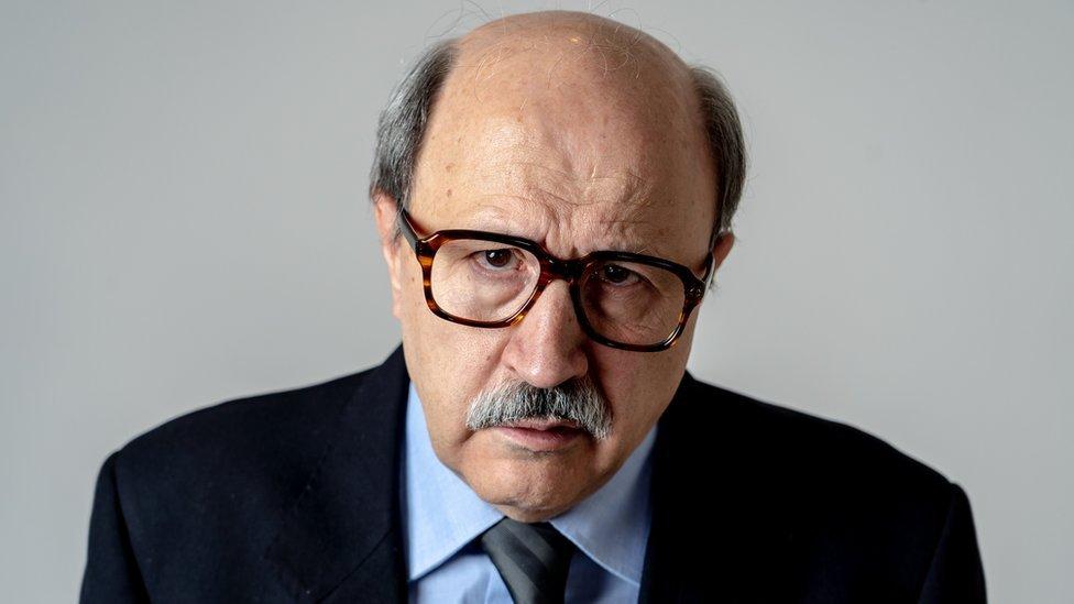 Hombre mayor con gafas sorprendido.