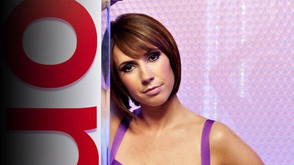 Alex Jones sy'n rhannu ei chyngor adolygu gyda BBC Cymru Fyw