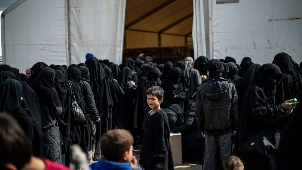 Suriye'nin kuzeyinde IŞİD militanlarının ailelerinin kaldığı El Hol kampında tutulan kadınlar yardım almak için sıraya giriyor (23 Temmuz 2019)