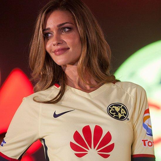 Modelo con una camiseta del equipo América de México.
