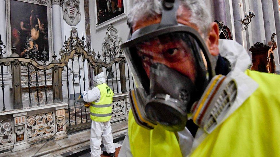 Napoli'de kiliseler spreyle dezenfekte edildi.