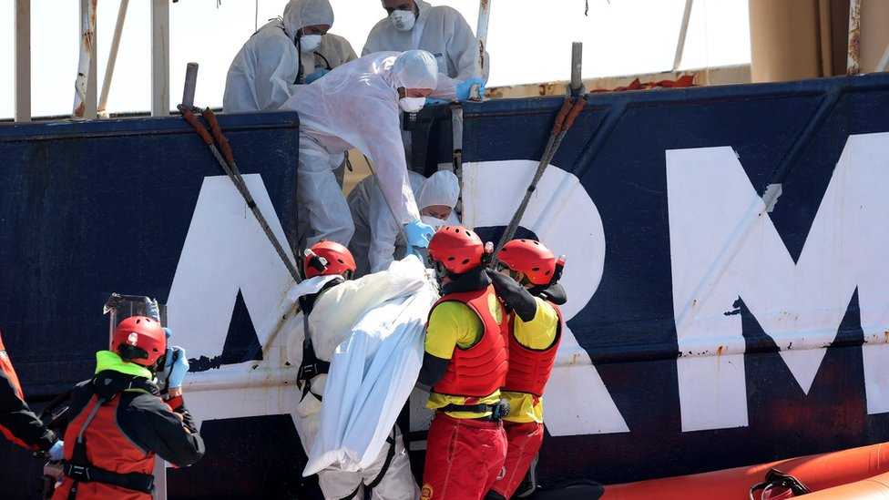 A body is lifted on to Proactiva Open Arm's ship Golfo Azzurro on 23 March 2017